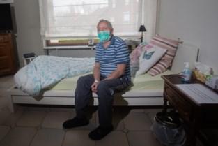 """François 'Fa' Knapen (75) herstelde van corona: """"Heel raar om verplegers in astronautenpakken rond je bed zien"""""""