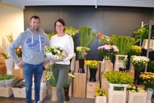 """Bloemenwinkel van Filip en Nathalie na amper jaar dicht wegens coronacrisis, nu verkopen ze online: """"Mensen krijgen soms tranen in de ogen als we bos bloemen leveren"""""""