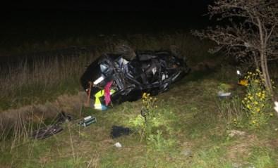 Wagen gaat van snelweg af en belandt in struikgewas, bestuurder tijdlang gekneld
