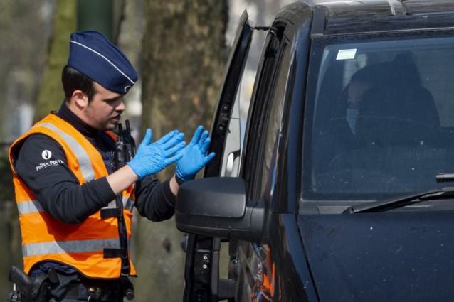 Auto rijdt in op politiecontrole aan Brusselse Wetstraat