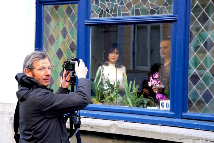 'Social distancing'-fotograaf Thierry (53) maakt portretten met raam als fotolijst