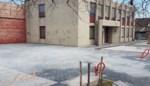 Vandalen spuiten graffiti en besmeuren parking met olie