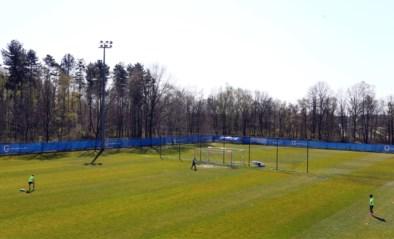 Bij Genk trainen ze weer op de club… met twee spelers per half veld (en eten en douchen moet thuis gebeuren)