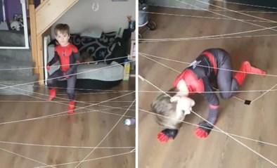 'Spiderman-challenge' van mama voor zoontje (4) in lockdown gaat de wereld rond