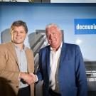CEO Francis Van Eeckhout van Deceuninck bij het bezegelen van de sponsorovereenkomst met Patrick Lefevere van Deceuninck-Quick Step.
