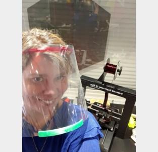 """Hier vliegen de 3D-printers de deur uit: """"Tegen de verveling én nuttig bij bestrijding van corona"""""""