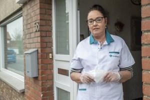"""Familiehulp Conny (55) verzorgt coronapatiënten in isolatie: """"Na een tijdje durfde ik de overlijdensberichten niet meer lezen"""""""