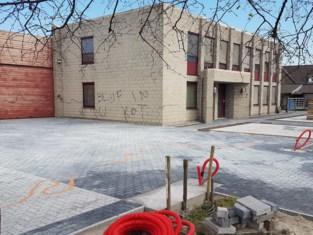 Vandalen spuiten graffiti en besmeuren parking