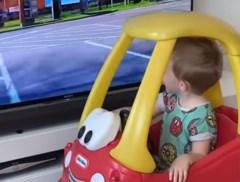 Papa maakt zelf een drive-through voor jarig zoontje dat niet naar McDonald's kan