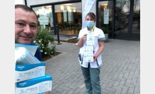 Gemeentepersoneel geeft zorgverstrekkers medisch beschermingsmateriaal