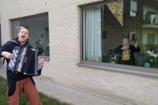 Ondanks de afstand toch wat interactie: Jonas Van Esch brengt balkonconcertjes aan woonzorgcentra