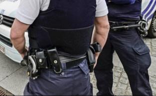 Halfnaakte jonge vrouw trekt slip en badjas uit en bijt politie-inspecteur tijdens corona-controle