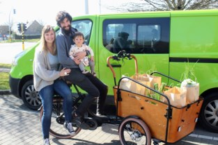 """Simon en Ilse leveren groentjes en fruit aan huis: """"De schrik zit er bij ouderen goed in"""""""