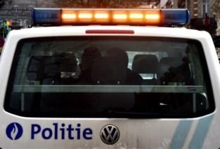 Politie rukt uit voor drie mannen op dak feestzaal, één agent arbeidsongeschikt
