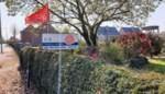 Siertelers protesteren met rode vlag