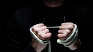 Vrouw gearresteerd voor wurging ex-vriend waarna ze zijn vingers afhakte om bankapplicatie te openen