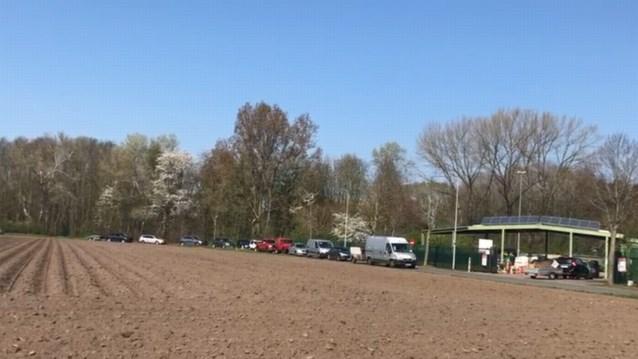 VIDEO. Tientallen wagens schuiven aan bij containerpark