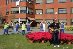 FOTO-VIDEO. Chris Corn brengt hoop en vooral ontroering aan wzc Sint-Vincentius