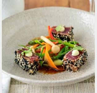 Hap en Tap. Tataki van tonijn, soja, sesam, koriander, krokante groenten