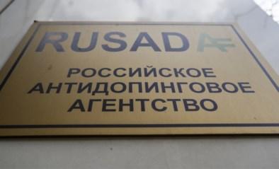 Russische atleten Alexandra Stepanova en Dmitri Bobkov lopen tegen dopinglamp