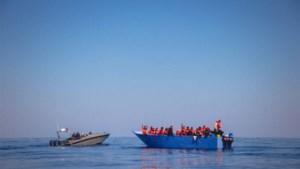 280 migranten vast op schip voor Libische kust