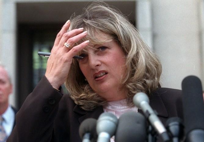 """Linda Tripp, de vrouw die de Lewinsky-affaire naar buiten bracht, overleden: """"Ik moest wereld vertellen wat voor smeerlap Clinton was"""""""
