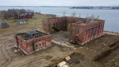 Het onbewoonde eiland in New York waar de onbekende en arme coronadoden worden begraven in een massagraf