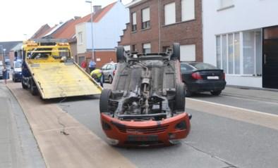 Wagen knalt tegen geparkeerd voertuig en slaat overkop