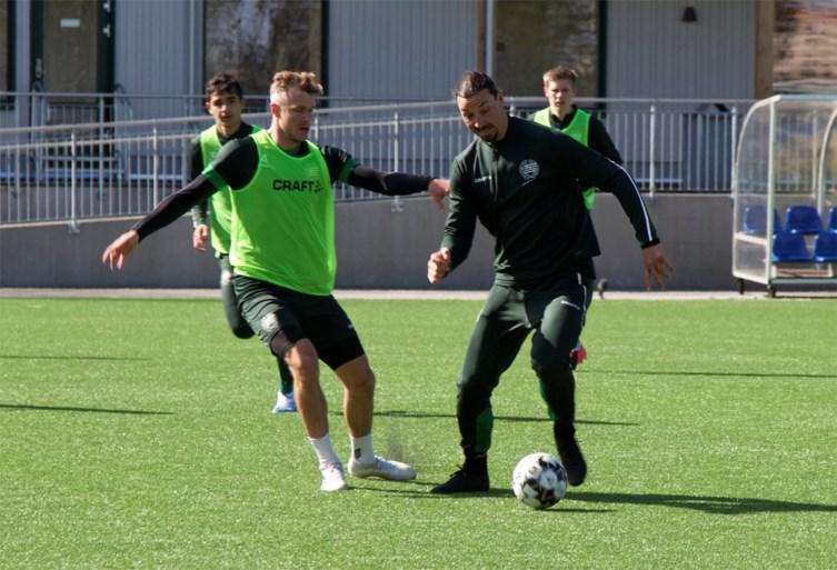 Zlatan Ibrahimovic blijft zijn kunstjes etaleren op training bij het Zweedse Hammarby