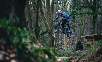 Spectaculaire beelden van mountainbiker die het in het bos opneemt tegen een drone: wie is het snelst?
