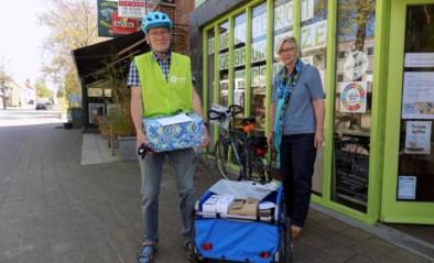Fietskoerier brengt bestellingen van Oxfam Wereldwinkel thuis