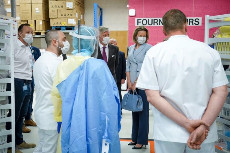 Koning Filip en koningin Mathilde bezoeken ziekenhuis in Luik waar 500 Covid-19-patiënten behandeld werden