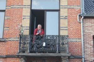 """Operazangeres Eurudike (55) zingt tegen corona vanop haar balkon: """"Mensen hebben behoefte aan schoonheid in deze tijden"""""""
