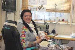"""Sandra, Liliane en leerkrachten maken in ijltempo maskers en schorten: """"We helpen graag, dat geeft ons energie"""""""