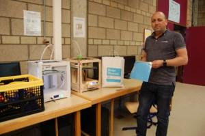 """Leerkracht Patrick maakt honderden spatmaskers met 3D-printers voor zorgverleners: """"Ik nam de printers zelfs in de paasvakantie mee naar huis"""""""