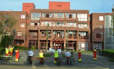 Rode Kruis-vrijwilligers brengen hulde aan personeel WZC Compostela