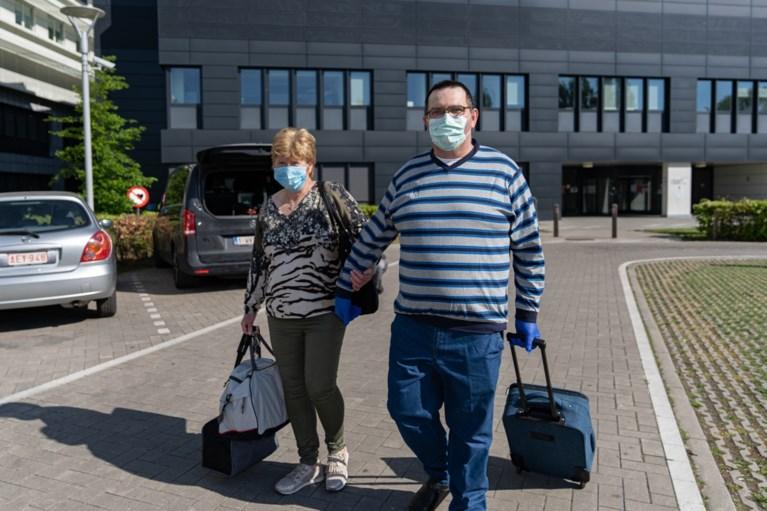 Gents ziekenhuis Jan Palfijn wuift zijn eerste Limburgse coronapatiënt uit met erehaag