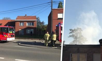 Gloeiende barbecuekolen doen berging uitbranden, huis gevrijwaard