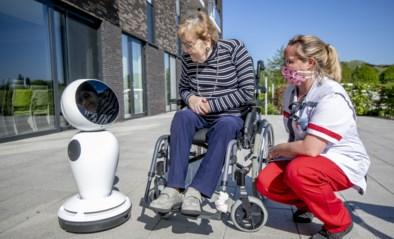 """Robot James brengt rusthuisbewoners in contact met familie: """"Hij kent zelfs hun lievelingsliedjes"""""""