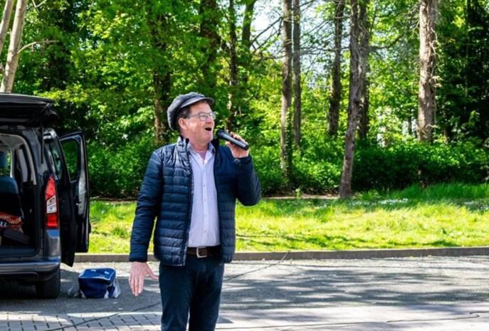 """Zingende frituuruitbater Patrick (53) breidt zijn terrein uit naar woon-zorgcentrum: """"De bewoners deden zelfs een polonaise"""""""