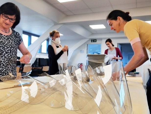 """Leerkrachten maken gezichtsmaskers voor woon-zorgcentra: """"Met materiaal dat we zelf betaalden"""""""