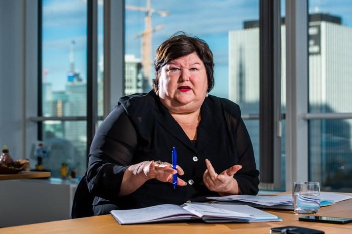 """Minister De Block waarschuwt voor overdreven enthousiasme: """"Nu vrienden uitnodigen en feestjes organiseren? Vergeet het"""""""