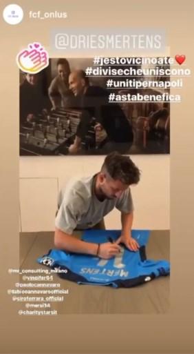 """Dries Mertens veilt zijn recordtruitje voor het goede doel: """"Ik voel me een Napolitaan"""""""
