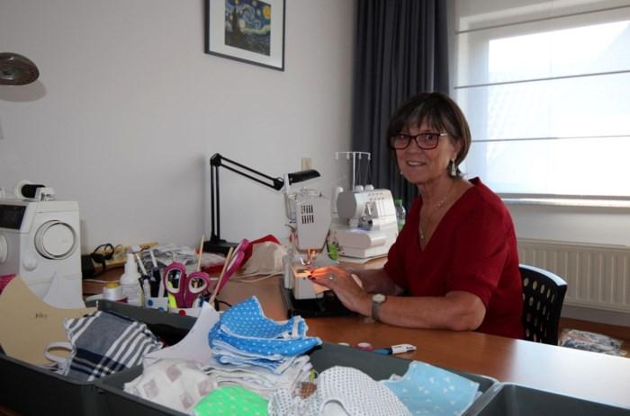 """Liliane maakte op haar eentje al meer dan 1.200 stoffen mondmaskers: """"Ik blijf dit doen tot de crisis voorbij is"""""""