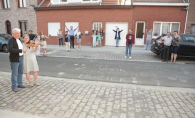 Straat bedankt muzikale Jef en Gonda met krijtboodschap
