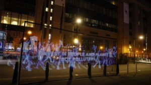 Klimaatactivisten houden hologrammenbetoging in Brussel en wereldwijde online actie
