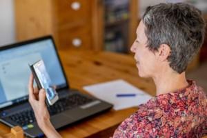 """Linda (53) leert nieuwkomers Nederlands via videochat: """"Veel intensiever en eenvoudiger"""""""