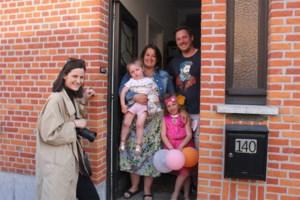 """Femke (19) gaat van huis tot huis om gezinnen te fotograferen: """"Door mijn deurportretten leren mensen hun eigen buren kennen"""""""