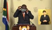 Zuid-Afrikaanse president doet voor hoe je een mondmasker moet aandoen ... maar dat gaat niet zoals het hoort