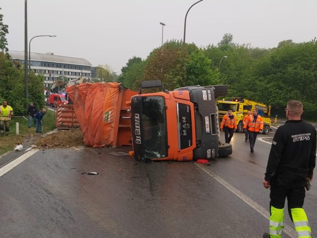 Gekantelde vrachtwagen verspert oprit van snelweg
